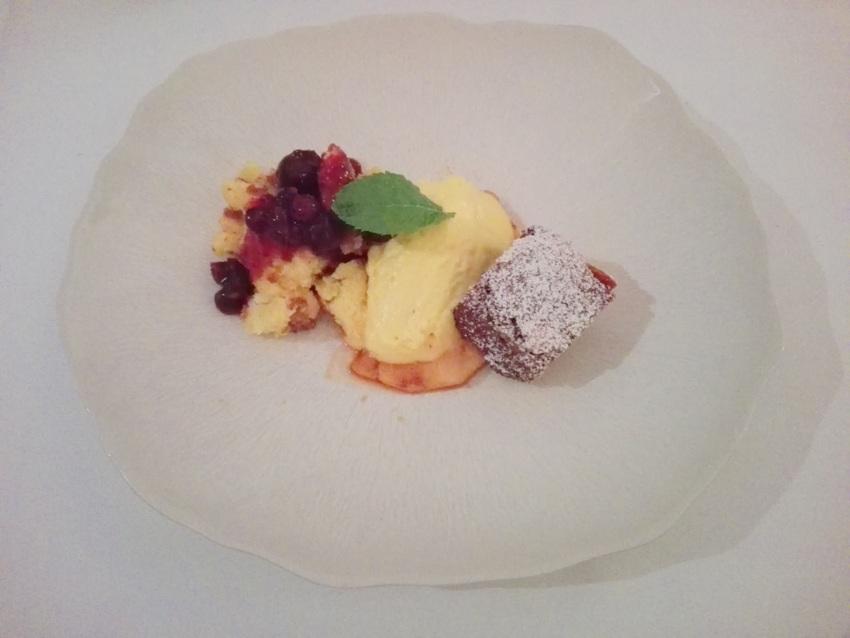 Dessertvariation zum Geburtstag des Hansen, von links nach rechts: Kaiserschmarrn mit Beerenröster, Mangomousse auf gebratener Ananas, Schokoladenkuchen (c) Claudia Busser-kekinwien.at
