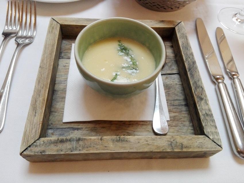 Gruß aus der Küche in Form einer erfreulichen Kohlrabisuppe mit ein bisschen Saiblingskaviar (c) Claudia Busser - kekinwien.at