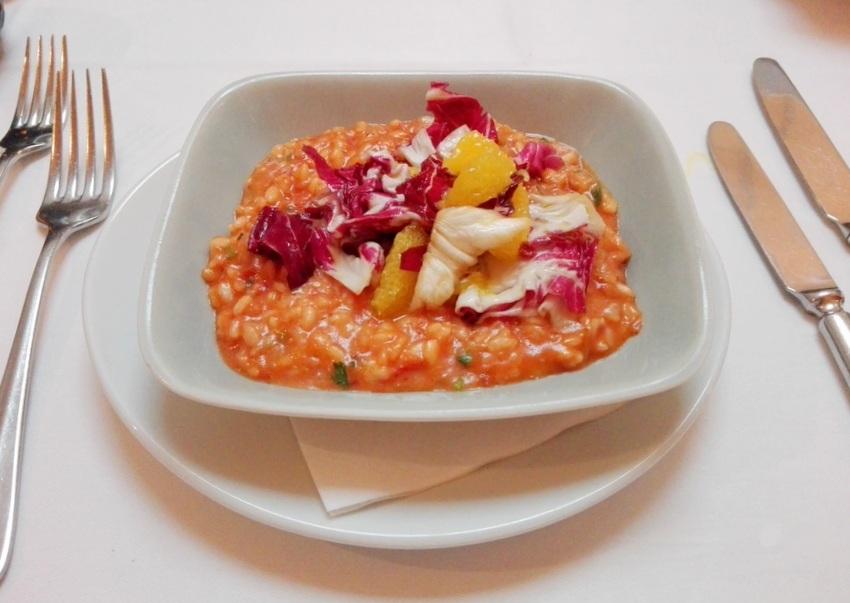 Ein herrlich schlotziges, üppiges Risotto pomodori mit Radicchio und Bergamotte (c) Claudia Busser - kekinwien.at