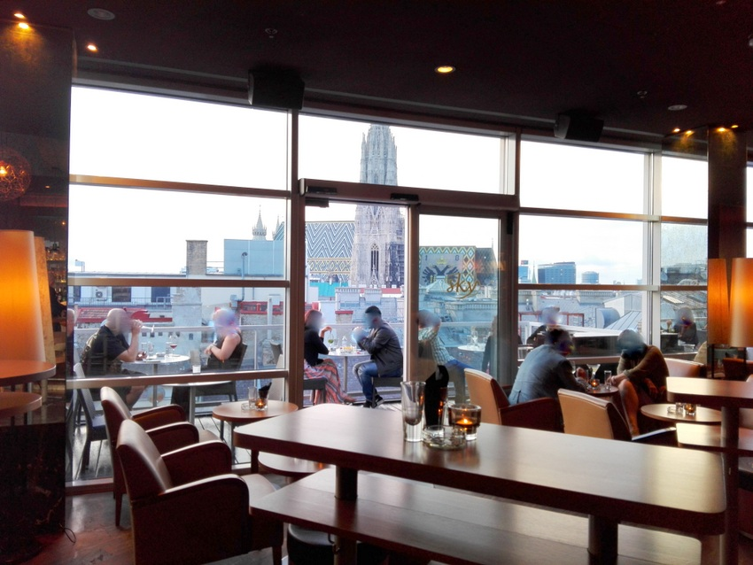 SKY_Rooftop_Bar_mit_Blick_ auf_den_Steffel_Bild _(c)_Claudia_Busser_kekinwien.at