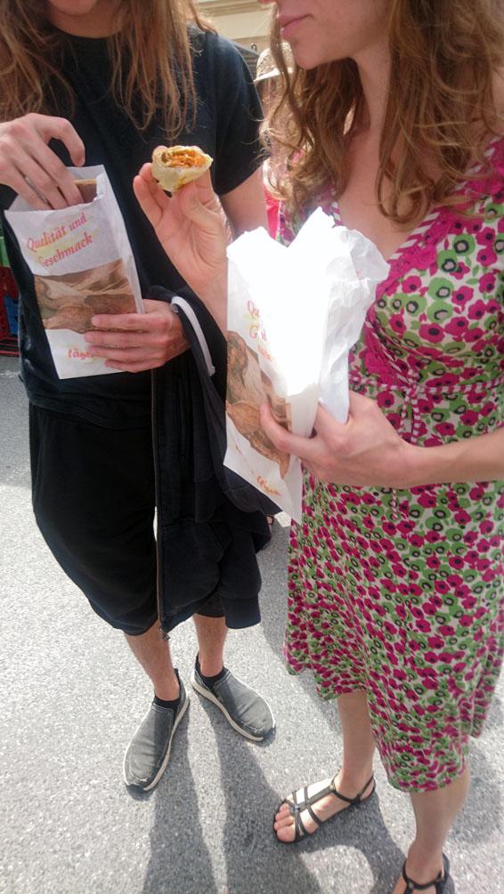 auf dem Markt wird auch gegessen, Bild (c) Mischa Reska- kekinwien.at