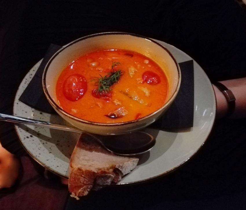 Zweisam Curry: rotes Kichererbsen-Kokos-Curry mit Gemüse und frischen Kräutern um Euro 7,90, Bild (c) Claudia Busser - kekinwien.at