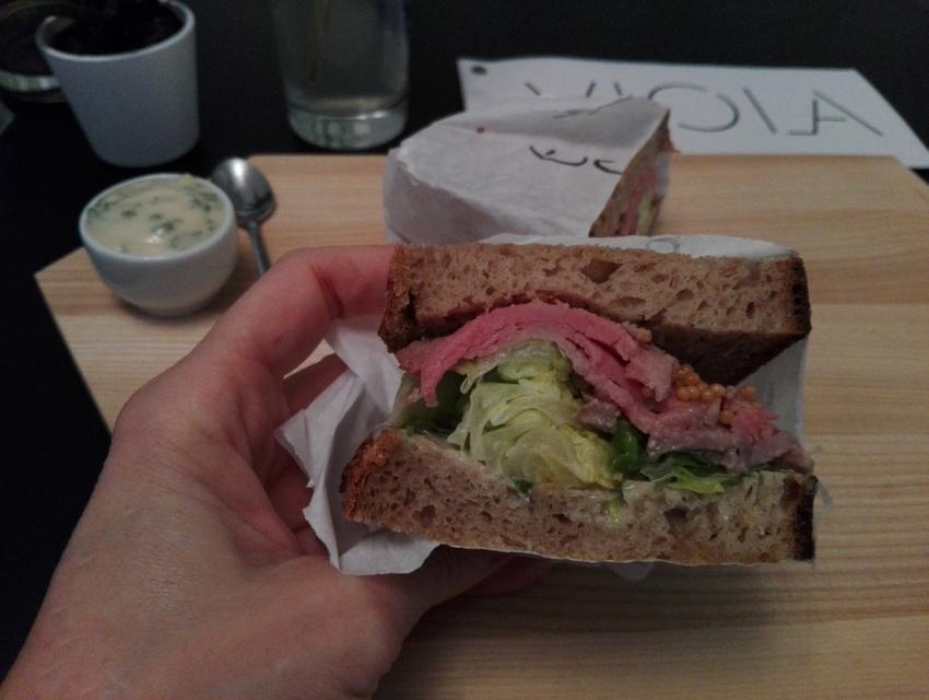 ein durch und durch überzeugendes Roastbeef Sandwich, Viola, Bild (c) Claudia Busser - kekinwien.at