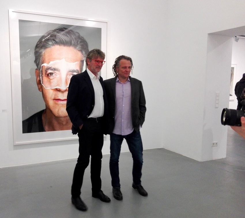 Peter Coeln (links) mit Martin Schoeller vor dem Close Up von George Clooney, Bild (c) Claudia Busser - kekinwien.at