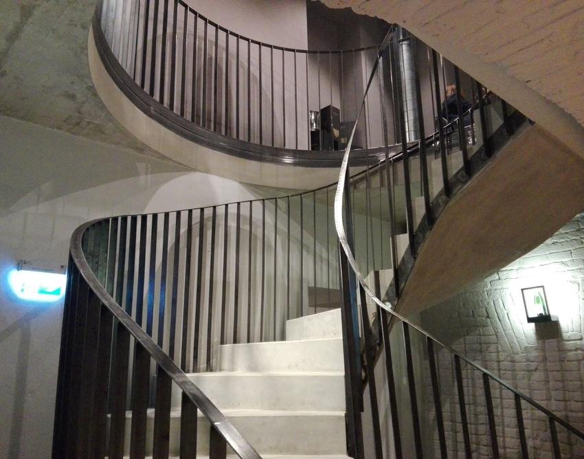 die Treppe hinunter in Verkostungsraum und Keller, Bild (c) kekinwien.at
