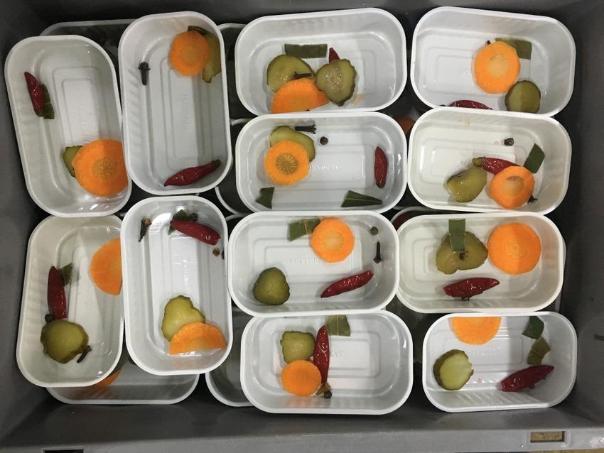 Karotten- und Gurkenscheiben, Piri Piri, Pfefferkorn, Nelke, Lorbeerblatt: in jeder Dose Nuri gleich, Bild (c) Christof Habres - kekinwien.at