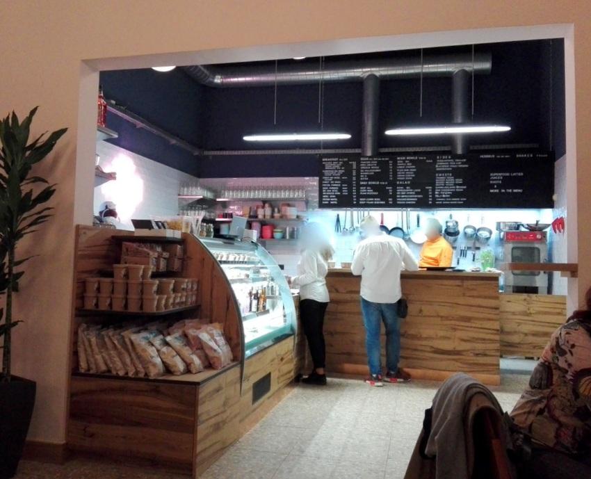 offene Küche und Vitrine, gleich beim Eingang des PLAIN, Bild (c) kekinwien.at