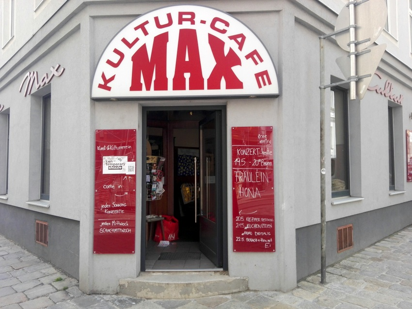 Hereinspaziert ins Kulturcafe Max, Crowdfunding auf wemakeit, Bild vom Eingang (c) kekinwien.at