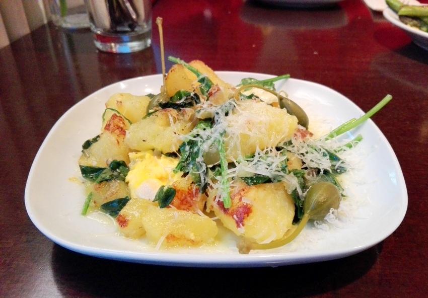 Gemüsegang im Usus: Spinat mit herrlichen Erdäpfeln, Parmesan, Ei, Kapern und Butter, Bild (c) Claudia Busser - kekinwien.at