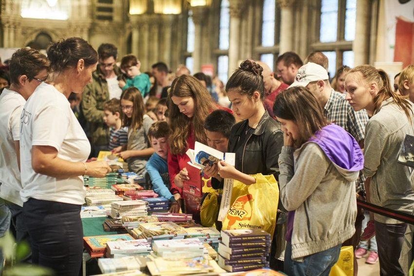 Büchertisch beim Wiener Kinderlesefest, Kinder beim Gustieren, Bild (c) echo medienhaus