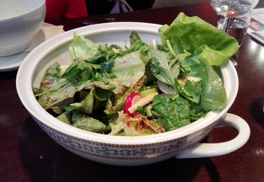Salat für 2 im Usus: grüner Salat, Radieschen, Schnittlauch, Spinat, Zucchini, Bittersalate, Petersilie, Basilikum, Olivenöl, etc - sehr schön! Bild (c) Claudia Busser - kekinwien.at