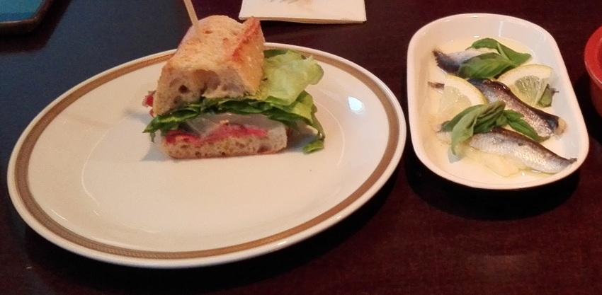 Sandwich mit Prosciutto, Sardinen mit Zitrone und Basilikum auf Pastinakencreme, köstlich, Bild (c) Claudia Busser - kekinwien.at