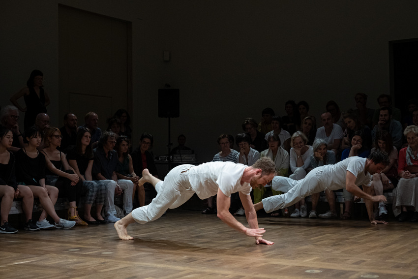 Dimitri Chamblas & Boris Charmatz / Terrain (FR) À bras-le-corps © Maximilian Pramatarov