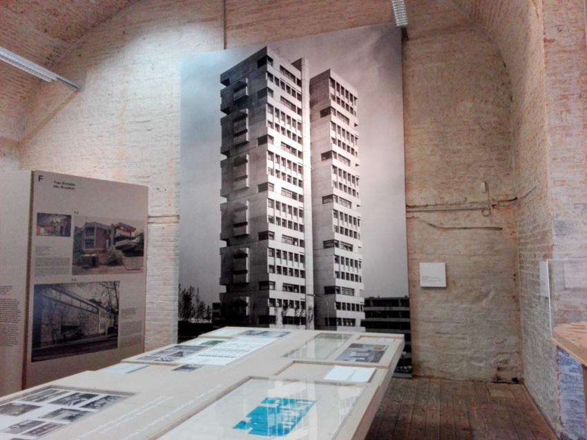 Blick auf den Schaukasten mit Beispielen aus Österreich, Brutalismus, Bild (c) Claudia Busser - kekinwien.at