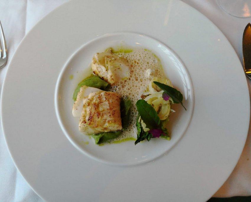 Gebratener Kabeljau, geschmorte Salatherzen, Zitronen-Dashi-Sud, Bild (c) Andrea Pickl - kekinwien.at