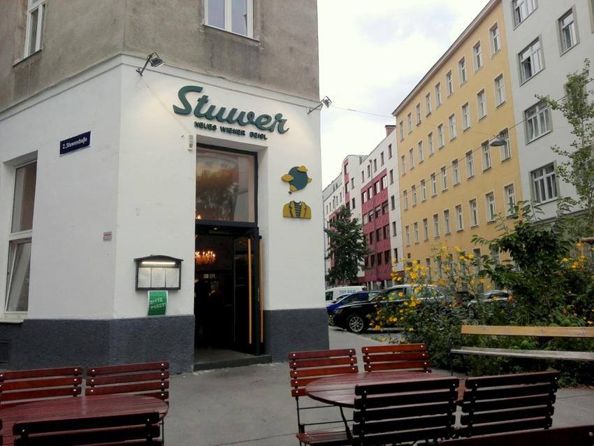 Stuwer, Eingang, Schanigarten, Bild (c) Claudia Busser - kekinwien.at