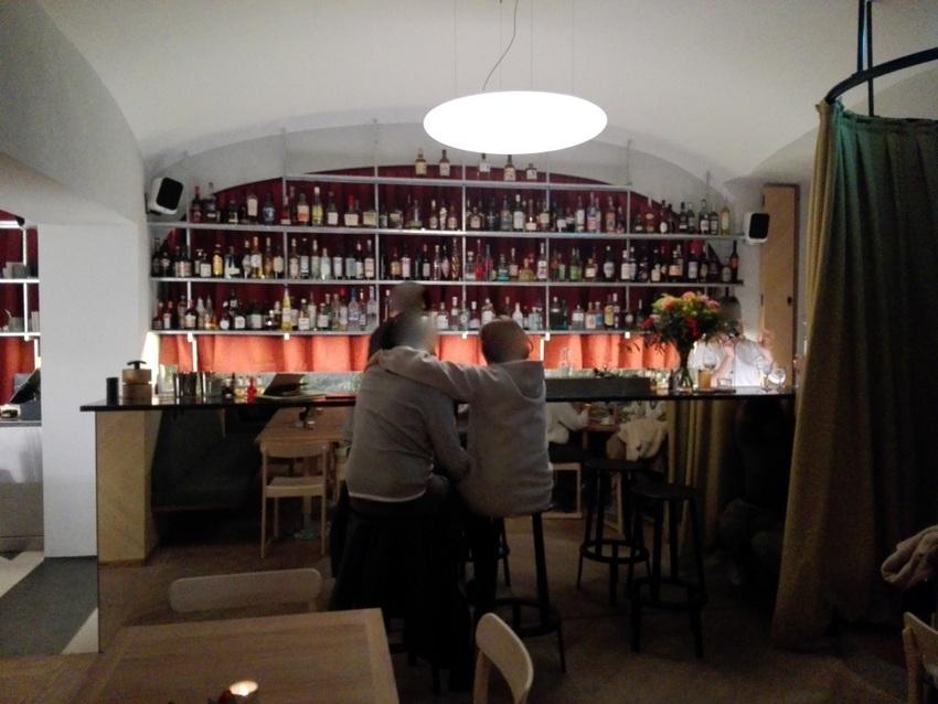 Der rote Vorhang macht aus dem Kaffeehaus eine American Bar, Bild (c) Claudia Busser - kekinwien,at