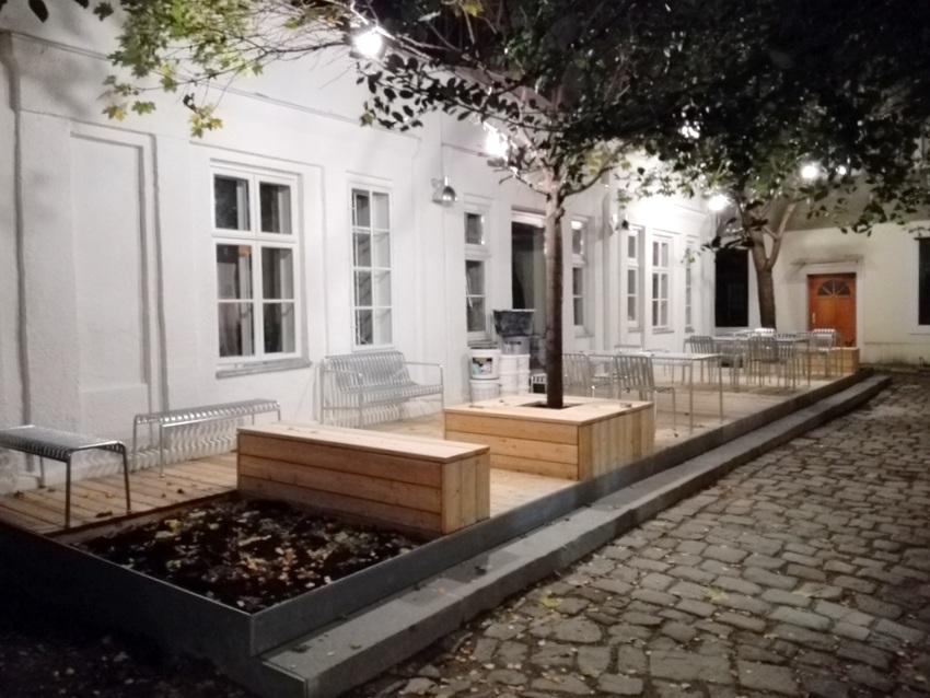 Innenhof des Café Kandl, im Hintergrund die zukünftige Galerie, Bild (c) Claudia Busser - kekinwien.at