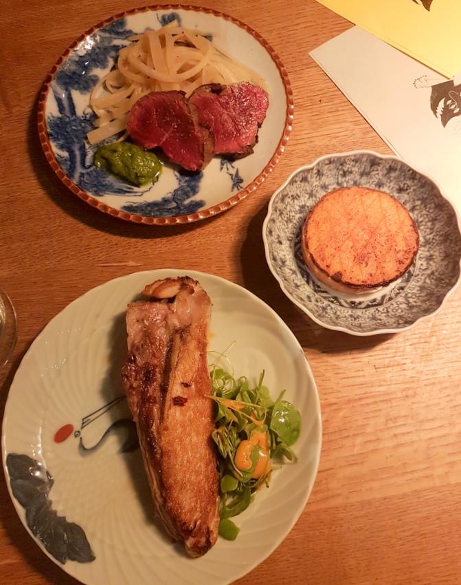 """Thunfisch mit Süßkartoffel und Salat im Vordergrund, """"Afterlife"""" im Hintergrund, Bild (c) Miriam Fischer - kekinwien.at"""