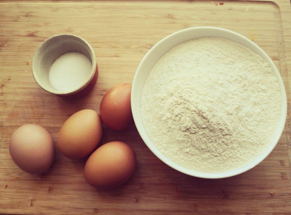Pastateig: Mehl, Eier und Salz, Bild (c) Andrea Pickl - kekinwien.at