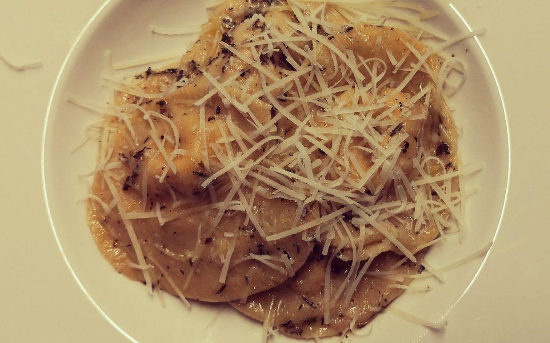 Pasta mit Kürbis Ricottafülle in Salbei-Thymianbutter mit Parmesan, Bild (c) Andrea Pickl - kekinwien.at
