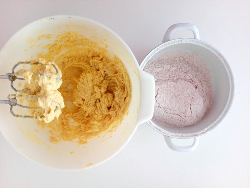 Und jetzt das Mehl! Rhabarberkuchen, Bild (c) Claudia Busser - kekinwien.at