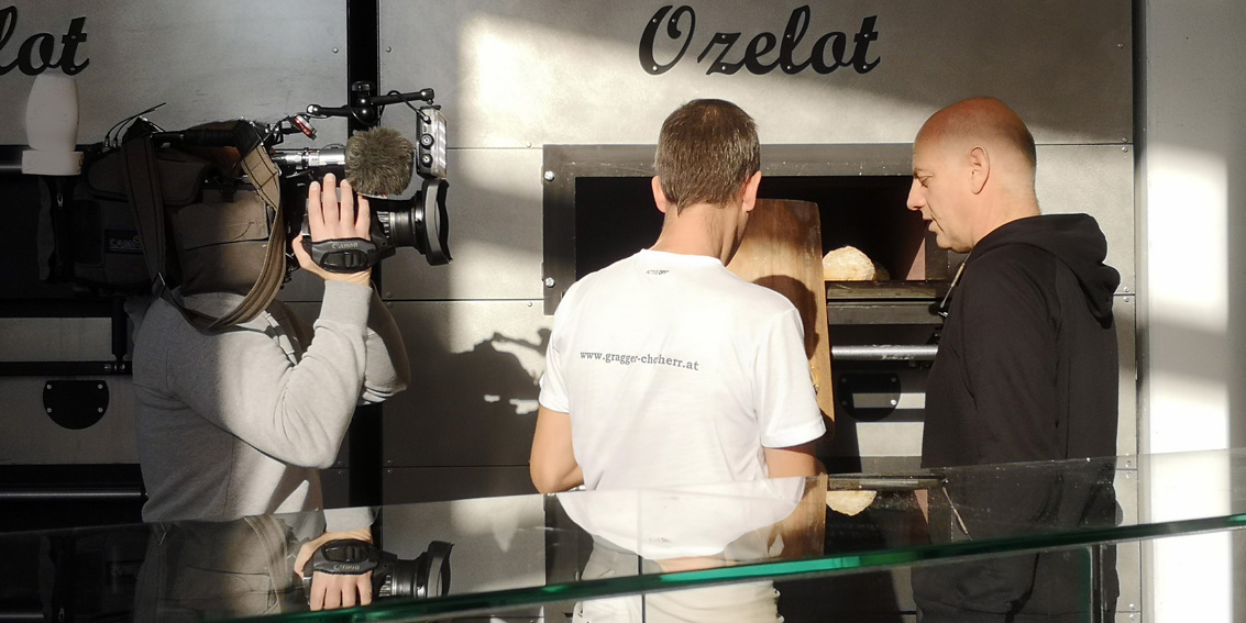 rechts im Bild Christoph Chorherr vor dem Ofen, Bild (c) Mischa Reska - kekinwien.at