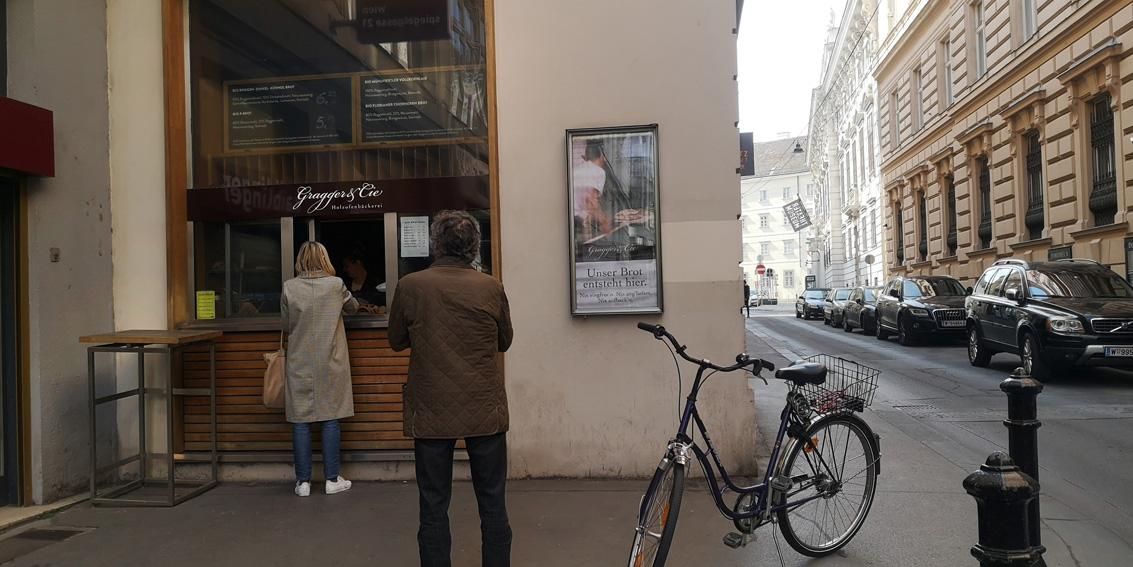 Schlange stehen beim Bäcker Gragger & Chorher, immer mit genügend Abstand, Bild (c) Mischa Reska - kekinwien.at