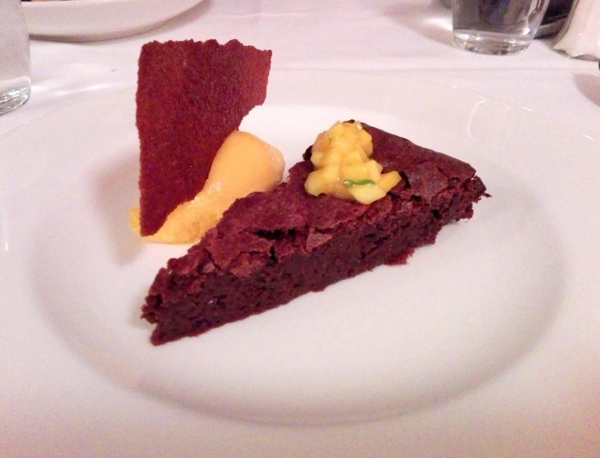 Schokoladentarte mit Mango Sorbet um Euro 9,00 von der ersten Karte des Berger und Lohn, Bild (c) kekinwien.at