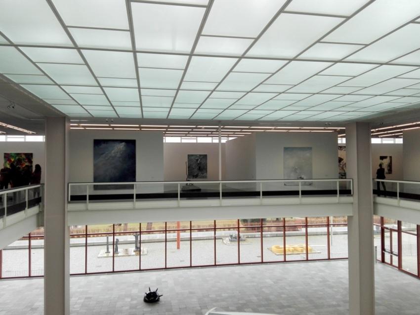 Einsicht in die Ausstellung inklusive Aussicht auf den Skulpturengarten, Belvedere 21, Bild (c) kekinwien.at