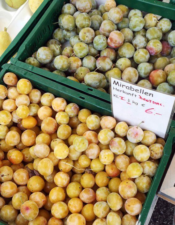 Mirabellen und Ringlotten (im Hintergrund), auf dem Markt im Sommer, Bild (c) Mischa Reska - kekinwien.at