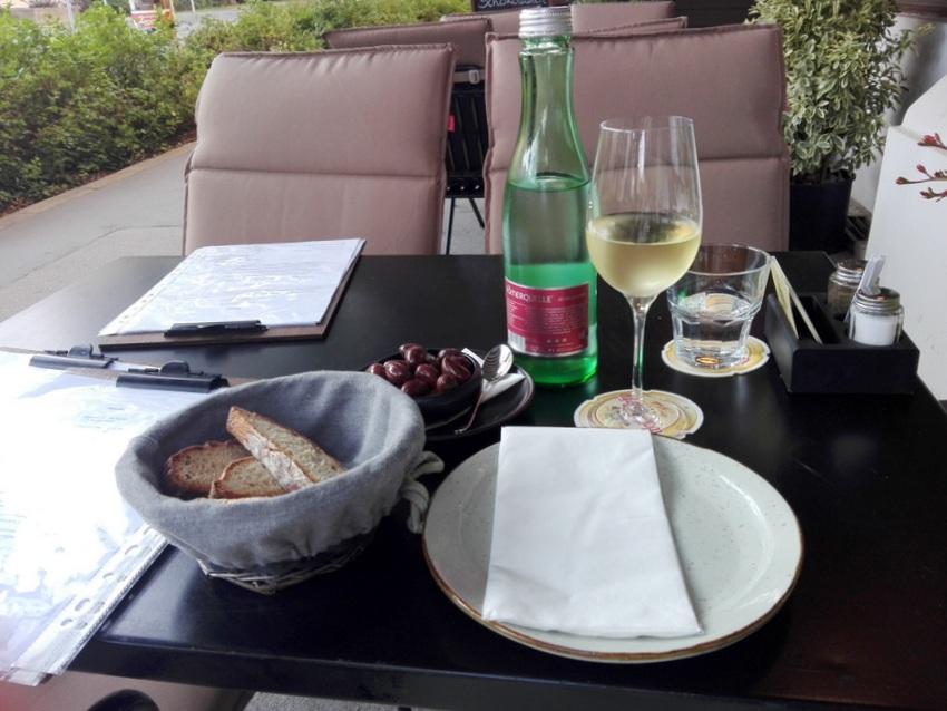 Schanigarten, hausgemachtes Brot, Oliven, Hauswein im Three Trees Vienna, Bild (c) kekinwien.at