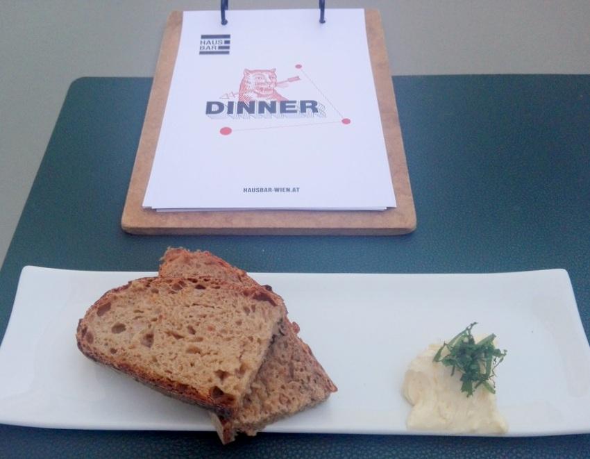 Sauerteigbrot vom Joseph, aufgeschlagene Miso-Butter, Speisekarte, Bild (c) Claudia Busser - kekinwien.at