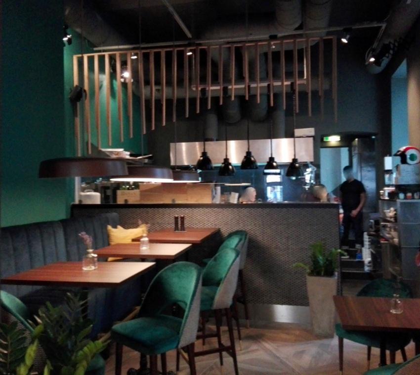 hinterer Bereich im Bistro, Blick zur offenen Küche, Ma Belle, Bild (c) kekinwien.at