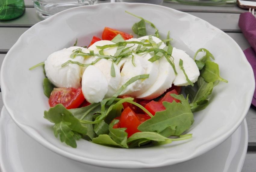 Caprese, Tomaten, Mozzarella und Basilikum um Euro 10,90, Allegro, Bild (c) Claudia Busser - kekinwien.at
