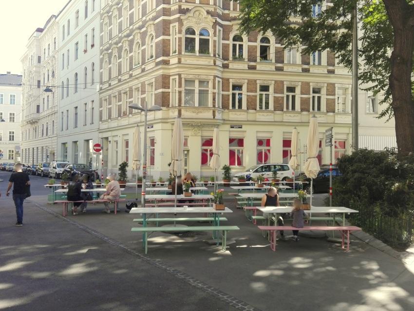 Schanigarten des Madai an einem frühen Abend im Juni 2020, Ludwig Hirsch Platz, Bild (c) Claudia Busser - kekinwien.at